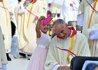 Zdj�cie biskupa Florczyka z �DM robi furor� w sieci. Ma�a dziewczynka zdj�a mu piusk�