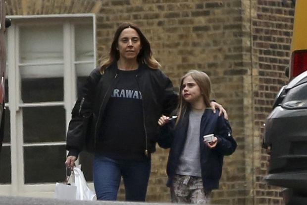 Zdjęcie numer 2 w galerii - Mel C ze Spice Girls na spacerze z córką. Skóra zdjęta! Nie wierzycie? Scarlett wygląda zupełnie jak mama