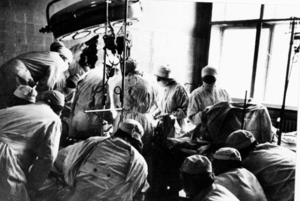 Sobota, 4 stycznia 1969 r. Szpital im. Sterlinga w Łodzi. Na stole operacyjnym rolnik spod Bydgoszczy, któremu profesor Moll wszywa serce pobrane od 24-letniego mężczyzny. Gdy profesor zaczął wycinać zniszczone serce biorcy, ktoś poprosił na salę..