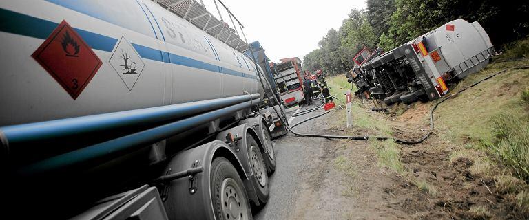 Po wypadku na drodze krajowej nr 2 gaz wycieka z cysterny. Trwa akcja strażaków