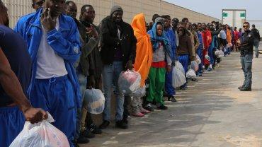Imigranci w ośrodku na wyspie Lampedusa u wybrzeży Włoch
