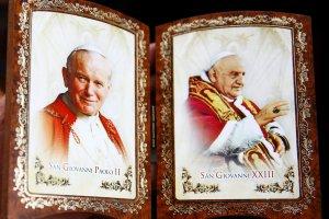 Papie� Franciszek og�osi� Jana XXIII i Jana Paw�a II �wi�tymi: Polecamy, aby w ca�ym Ko�ciele byli oni czczeni z oddaniem