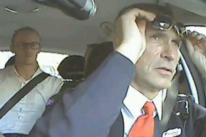 """Premier Norwegii zosta� taks�wkarzem na 1 dzie�. Sprytna kampania: """"Chc� us�ysze�, co ludzie my�l�"""""""