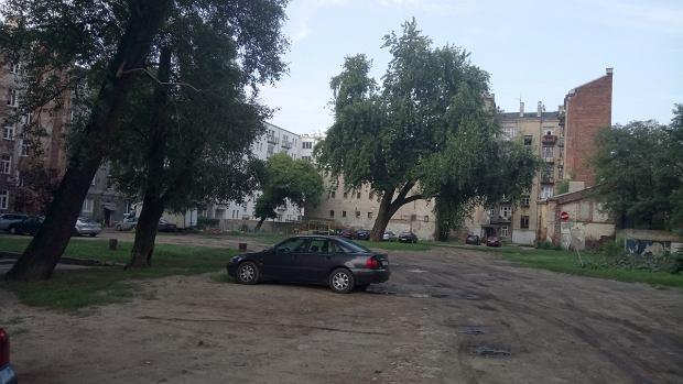 Podwórko przy Strzeleckiej, gdzie rok temu artystka Iza Rutkowska ustawiła wielkiego jamnika
