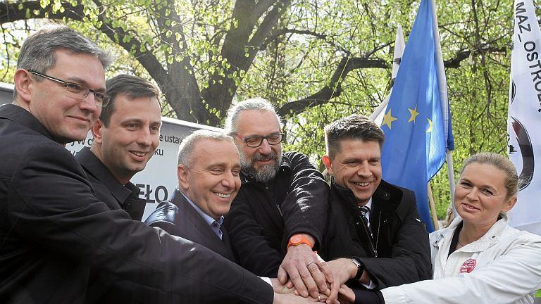 Politycy opozycji: A. Jarubas (PSL), W. Kosiniak- Kamysz (PSL), G. Schetyna (PO), M. Kijowski (KOD), R. Petru (Nowoczesna) i B. Nowacka (Twój Ruch) w chwili jedności (fot. Sławomir Kamiński/AG)