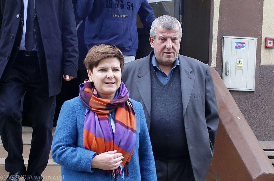 Beata Szydło z mężem Edwardem po głosowaniu w wyborach parlamentarnych. 25.10.2015, Przecieszyn