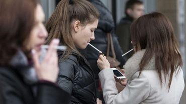 Młode Rosjanki palą papierosy w jednym z moskiewskich centrów handlowych