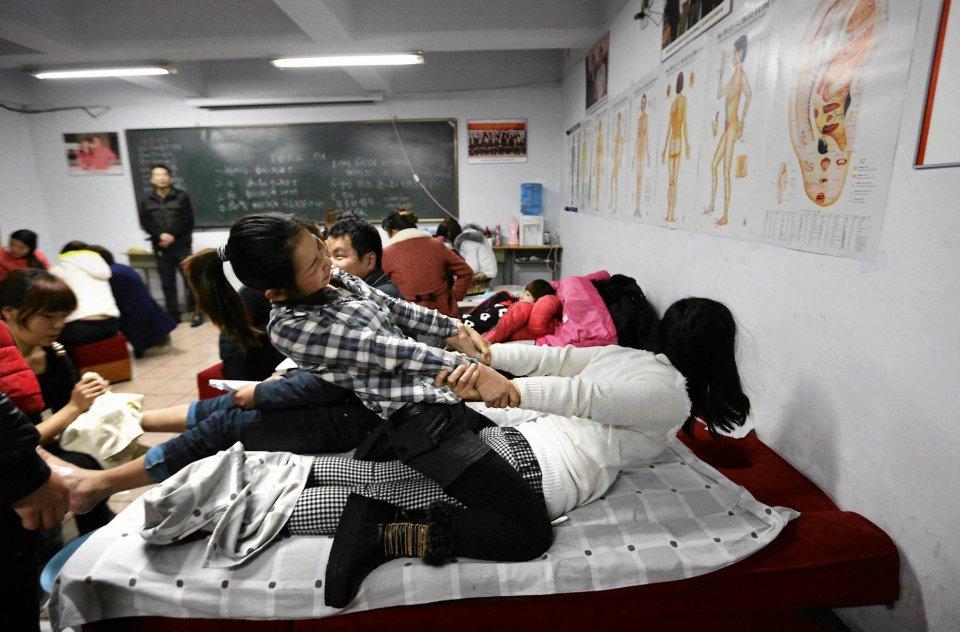 Firma powstała 17 lat temu i stale się rozwija. Obecnie posiada ponad 300 oddziałów w Chinach. Zajęcia praktyczne kursantki wykonują na koleżankach z kursu.