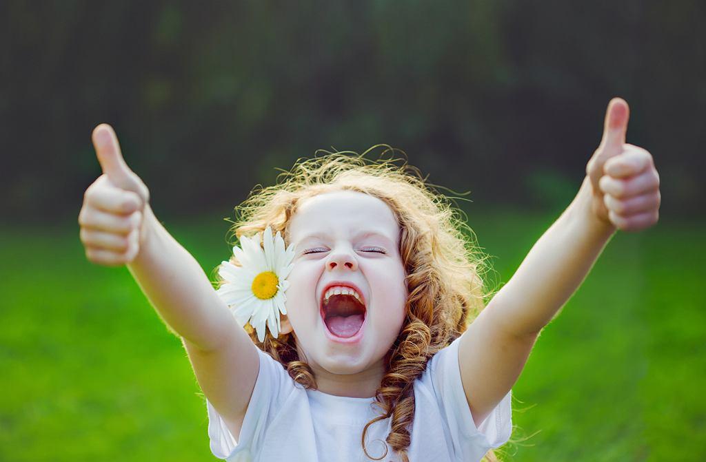 Ludzie, którzy w dzieciństwie nie nauczyli się przeżywania pozytywnych emocji, mogą nadrobić to w dorosłym życiu (fot. ulkas / iStockphoto.com)