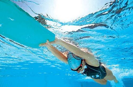 Trening pływacki wykonywany regularnie pięknie rzeźbi i wysmukla ciało