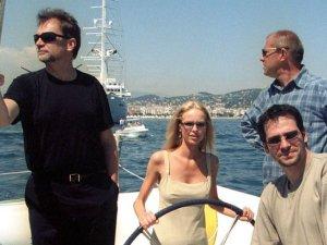 Jan Kulczyk zmar� w wieku 65 lat, w wyniku powik�a� po operacji. Poza dzia�alno�ci� biznesow�, anga�owa� si� w sztuk� i kultur�. Regularnie pojawia� si� na premierach filmowych i teatralnych, przyja�ni� ze �rodowiskiem filmowym. W 2001 towarzyszy� obsadzie filmu Quo vadis na festiwalu w Cannes. Magd� Mielcarz, Bogus�awa Lind� i Paw�a Del�ga go�ci� na katamaranie  Warta Polpharma.  <div class=gazetaVideoPlayer><a href=http://www.plotek.pl/plotek/10,82573,18445085,jan-kulczyk-nie-zyje-biznesmen-zmarl-w-wyniku-powiklan-pooperacyjnych.html>Jan Kulczyk nie �yje. Biznesmen zmar� w wyniku powik�a� pooperacyjnych w Wiedniu</a><div><iframe src=http://www.gazeta.tv/plej/19,82573,18445085,video.html?autoplay=true width=940 height=564 frameborder=0 scrolling=no allowfullscreen></iframe></div></div>