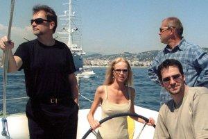 Jan Kulczyk zmarł w wieku 65 lat, w wyniku powikłań po operacji. Poza działalnością biznesową, angażował się w sztukę i kulturę. Regularnie pojawiał się na premierach filmowych i teatralnych, przyjaźnił ze środowiskiem filmowym. W 2001 towarzyszył obsadzie filmu Quo vadis na festiwalu w Cannes. Magdę Mielcarz, Bogusława Lindę i Pawła Deląga gościł na katamaranie  Warta Polpharma.  <div class=gazetaVideoPlayer><a href=http://www.plotek.pl/plotek/10,82573,18445085,jan-kulczyk-nie-zyje-biznesmen-zmarl-w-wyniku-powiklan-pooperacyjnych.html>Jan Kulczyk nie żyje. Biznesmen zmarł w wyniku powikłań pooperacyjnych w Wiedniu</a><div><iframe src=http://www.gazeta.tv/plej/19,82573,18445085,video.html?autoplay=true width=940 height=564 frameborder=0 scrolling=no allowfullscreen></iframe></div></div>