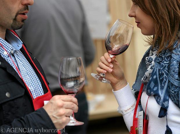 Polacy piją coraz więcej wina - rośnie spożycie i produkcja. Jakie wina najchętniej kupujemy? Półwytrawne i tanie