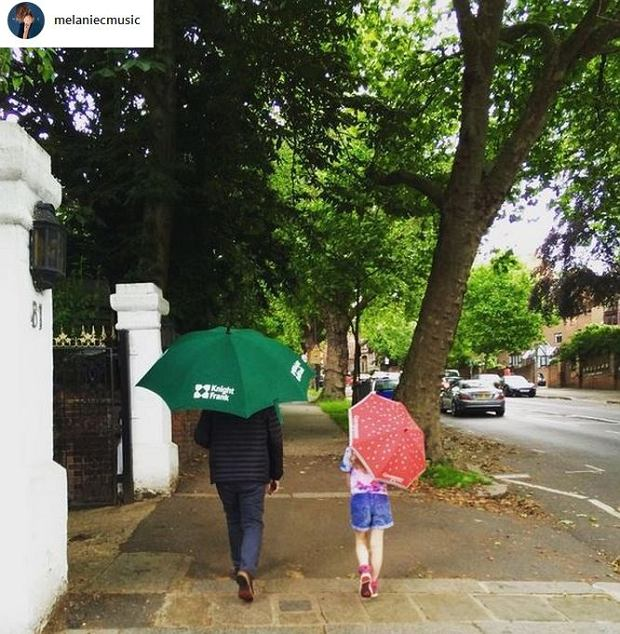 Zdjęcie numer 12 w galerii - Mel C ze Spice Girls na spacerze z córką. Skóra zdjęta! Nie wierzycie? Scarlett wygląda zupełnie jak mama