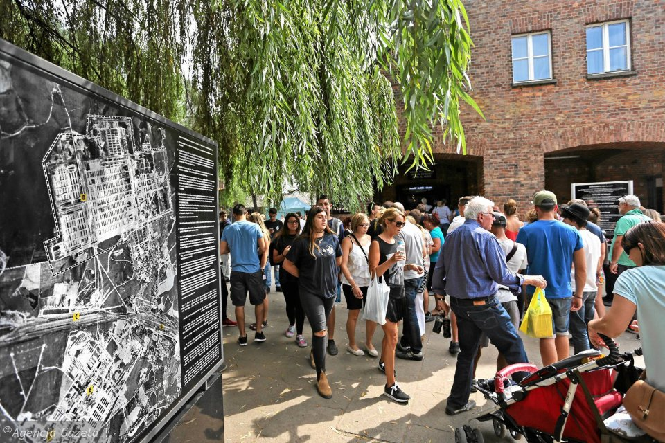 Muzeum Auschwitz - Birkenau. Turyści przed wejściem