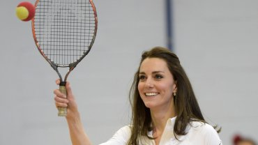 Zastanawialiście się kiedyś, jak księżna Kate prezentuje się w dresie? Już nie musicie :) Księżna właśnie w takim stroju uczestniczyła w warsztatach tenisa. Zobaczcie, jak prezentowała się w stroju sportowym.