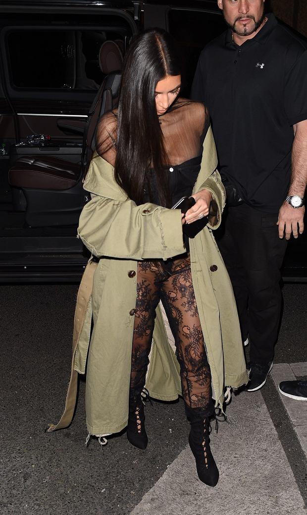 Zdjęcie numer 4 w galerii - Kim Kardashian bez stanika to żadne zaskoczenie. Teraz poszła na całość. Do koronkowych leginsów nie założyła majtek [18+]