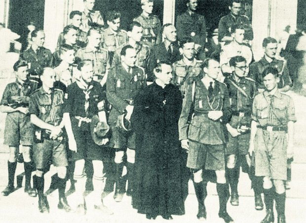 Z przedwojennego harcerstwa, organizacji bardzo popularnej w II Rzeczypospolitej, wywodziło się tysiące członków Szarych Szeregów. Druh 'Flo', czyli Florian Marciniak, większość swego wolnego czasu poświęcał harcerzom. Na zdjęciu: harcmistrz Marciniak (trzeci od prawej, obok księdza) wraz z harcerzami i instruktorami ZHP podczas pielgrzymki do Lourdes w 1938 r.