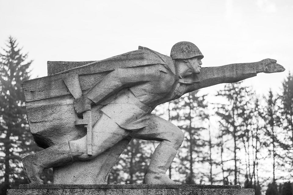 Piotr Uklański 'Bez tytułu (Pomnik Bohaterów Armii Czerwonej na Cmentarzu Żołnierzy Radzieckich, Bielsko-Biała)', 2015, odbitka żelatynowo-srebrowa