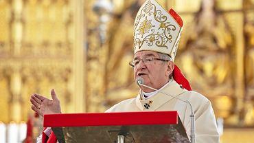 Gdańsk, jedna z licznych mszy w intencji ofiar katastrofy smoleńskiej. Na zdjęciu bp Sławoj Głódź