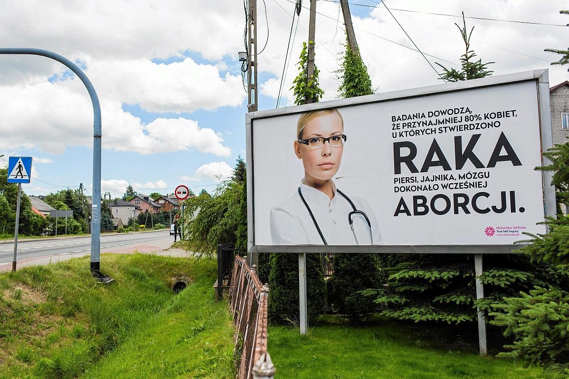 30.06.2017 Przeginia kolo Krakowa . Billboard o wplywie aborcji na zachorowanie na raka . Fot. Mateusz Skwarczek / Agencja Gazeta