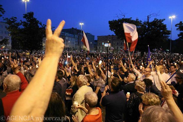 Zdjęcie numer 0 w galerii - Łódź nie odpuszcza. Łańcuch światła i protesty przeciwko zmianom PiS w sądownictwie [ZDJĘCIA]