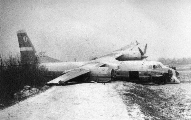 Samolot An-24, który lądował awaryjnie na polu w rejonie wrocławskiego osiedla Muchobór Wielki, sfotografowany dzień po katastrofie. Miał uszkodzone oba skrzydła, zniszczony spód kadłuba, w którego przedniej części była spora wyrwa, a w prawym silniku brakowało śmigła z piastą. Mimo tak poważnych zniszczeń żadna z 48 osób, które znajdowały się na pokładzie, poważniej nie ucierpiała