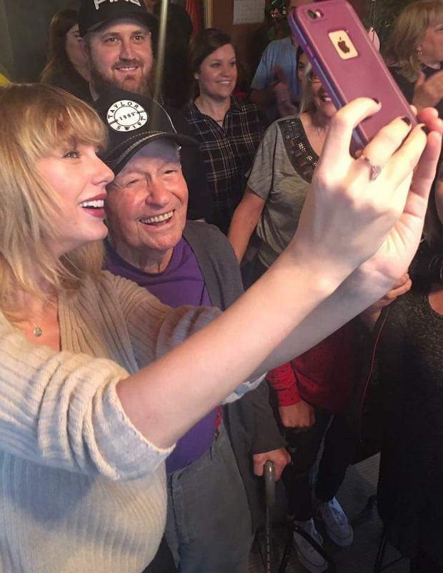 Według popularnych mediów, rok 2016 był dla Taylor Swift pełen konfliktów i kontrowersji. Do rozstań z Tomem Hiddlestonem oraz Calvinem Harrisem, Taylor dorzuciła spór z Kanye Westem i jego żoną, Kim Kardashian. Mimo niektórych negatywnych opinii na jej temat, młoda wokalistka potrafi pokazać jednak czasem ludzką duszę. Przykładem tego, jest jej ostatnia świąteczna niespodzianka, którą uhonorowała amerykańskiego weterana wojennego.