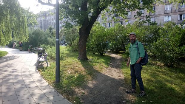 Pl. Hallera. Socjolog Paweł Możdżyński pokazuje przedept, który powstał już po ułożeniu chodnika