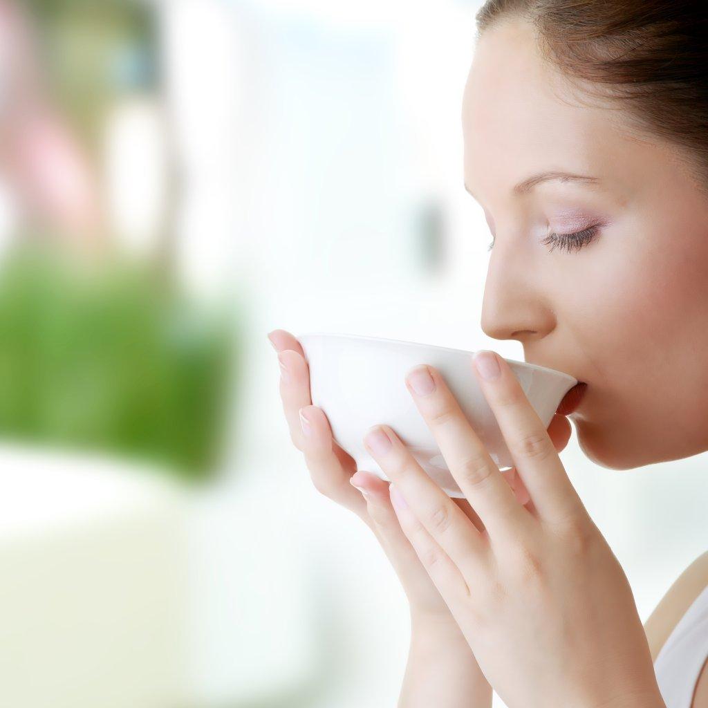 Picie wody i zielonej herbaty korzystnie wp�ywa na metabolizm