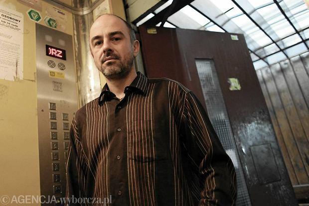 Daniel Gie�da przy windzie, kt�ra spad�a. W �rodku by�a jego c�rka: - Przecie� kabina mog�a w ka�dej chwili ruszy� i zmia�d�y� pasa�er�w podczas pr�by wysiadania