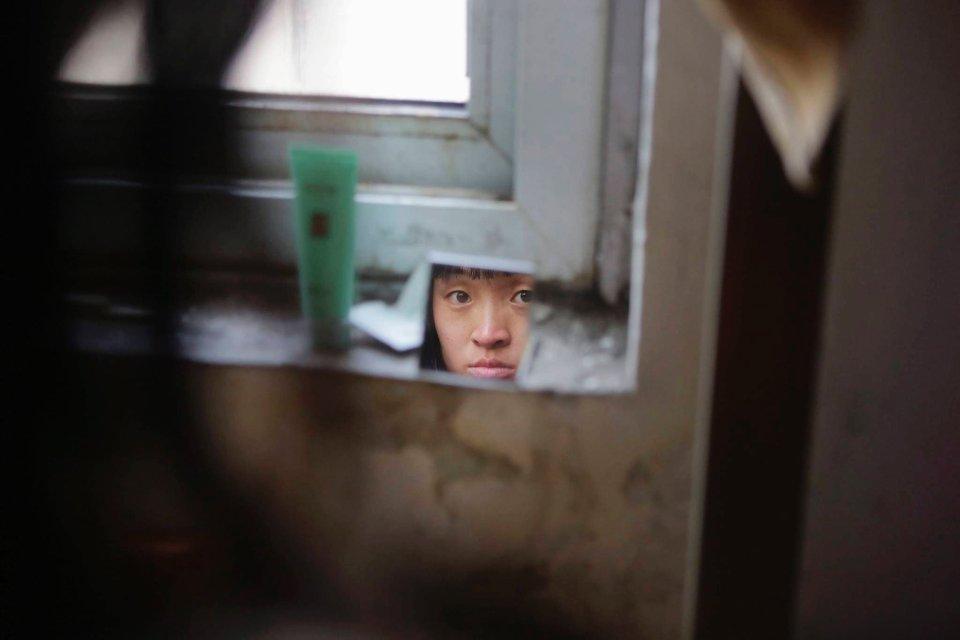 Wang Feng - matka dwuletniego chłopca zostaje zmuszona przez sytuację życiową do opuszczenia syna i podjęcia pracy zarobkowej z dala od domu.