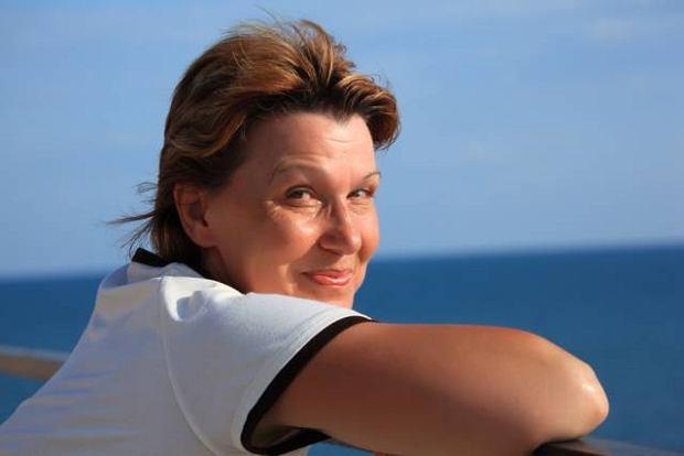 �ycie doros�ej kobiety do niedawna mia�o dwa etapy - przed menopauz� i po niej. Od kilku lat �wiat lekarski wyr�nia trzeci okres, zwany perimenopauz�, obejmuj�cy kilka lat przed nadej�ciem przekwitania