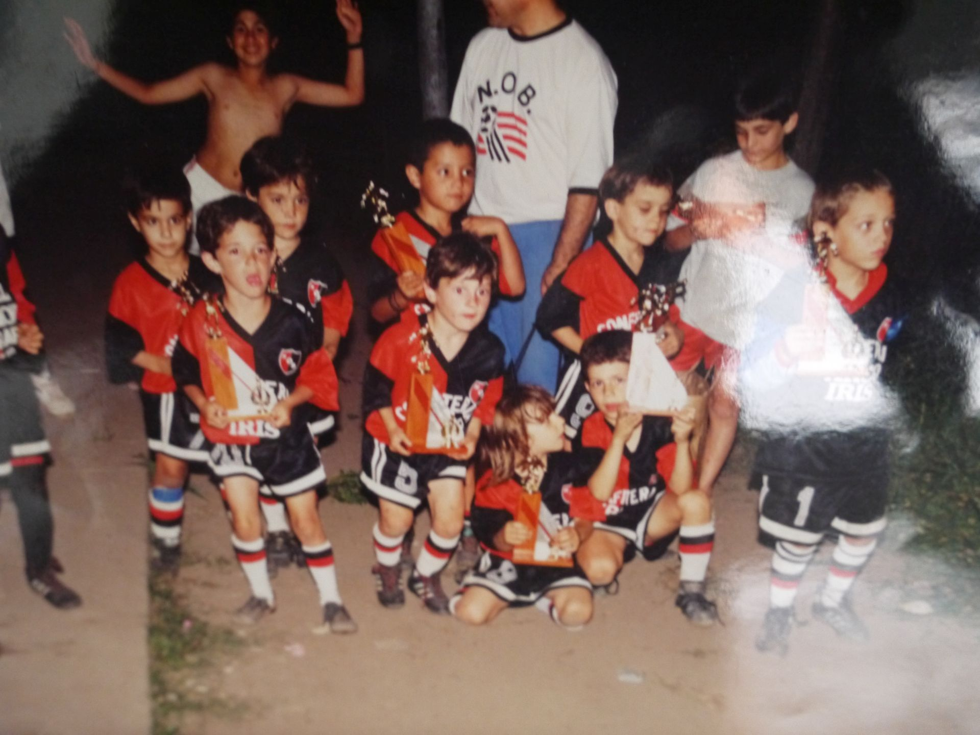 Zdjęcie z występów w Newells z kolekcji Agustina. Messi w pierwszym rzędzie, drugi od lewej, z