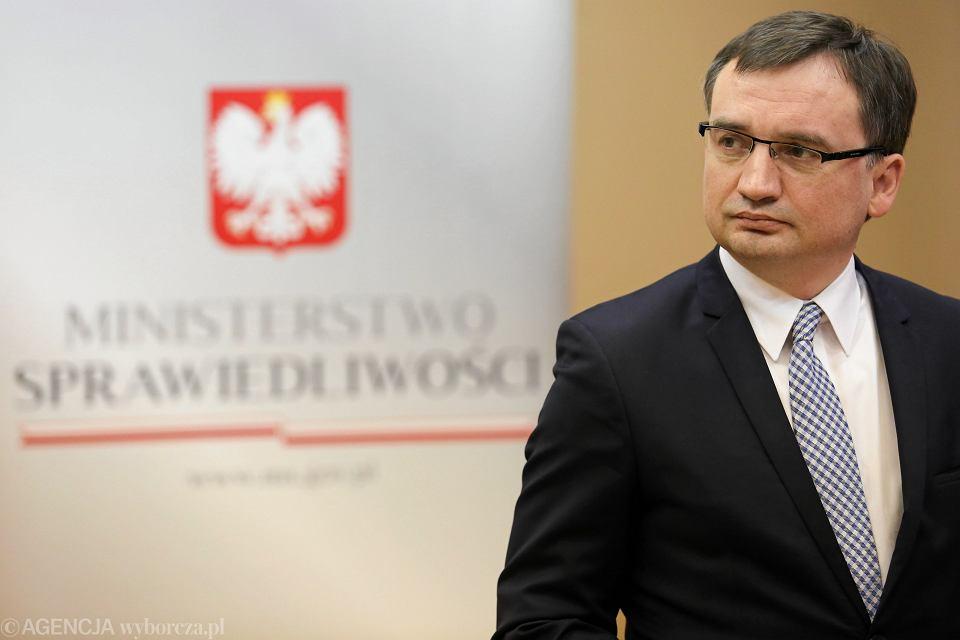 Minister Ziobro podczas podpisania umowy na przekazanie środków z Funduszu Pomocy Pokrzywdzonym oraz Funduszu Sprawiedliwości, Kraków 23.11.2017 r.