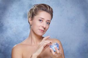 Jaki krem wybra�? W�a�ciwa piel�gnacja sk�ry dla kobiet 50, 60 i 70.