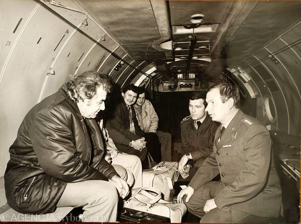 Lotów po serce było mnóstwo. Prof Zbigniew Religa i Mirosław Czechowski ze sztabu sił powietrznych w Poznaniu w samolocie typu Antonow
