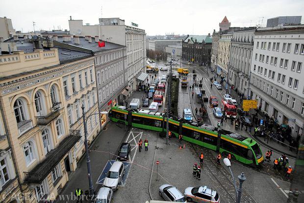 Wypadek w Poznaniu. Tramwaj linii nr 23 wjechał w kamienicę na Al. Marcinkowskiego [ZDJĘCIA]