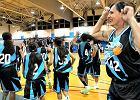 M�ode dziewczyny trenuj� koszyk�wk� z 50-letnim transseksualist�. Rodzice oburzeni