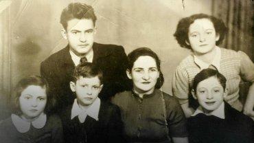 Powojenne zdjęcie rodziny Kenigswein (z archiwum rodzinnego Moshe Tirosha). W pierwszym rzędzie Regina Kenigswein z trójką młodszych dzieci, w drugim rzędzie - starsze dzieci: Mieczysław i Stefania.