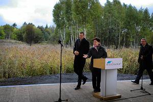 Premier Beata Szydło i wicepremier Mateusz Morawiecki podczas inauguracji programu Mieszkanie Plus -na terenach przyszłego osiedla w Katowicach