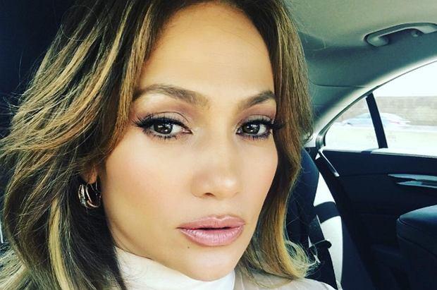 Jennifer Lopez w wolny dzień zrezygnowała ze sztucznych dodatków, którymi zdobi się  na koncertach. Wygląda ŚWIETNIE!