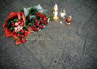 Kwiaty i znicze na Dworcu G��wnym. 49. rocznica �mierci Cybulskiego