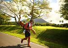 Biega, pływa i jeździ na rowerze z 45 kilogramowym drzewem na plecach. Po co? Ma szczytny cel [ZDJĘCIA]
