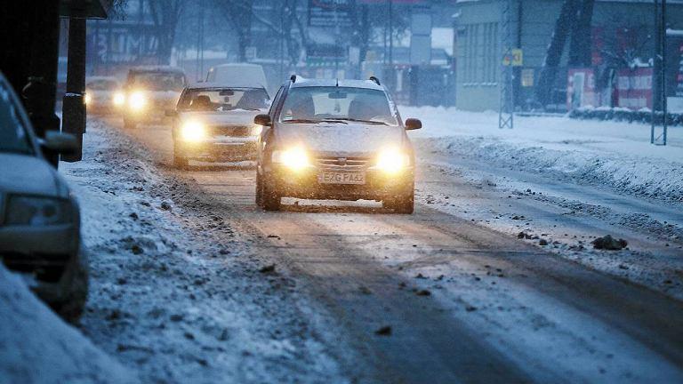 Na drogach panują złe warunki, ale kierowcy są bardzo ostrożni