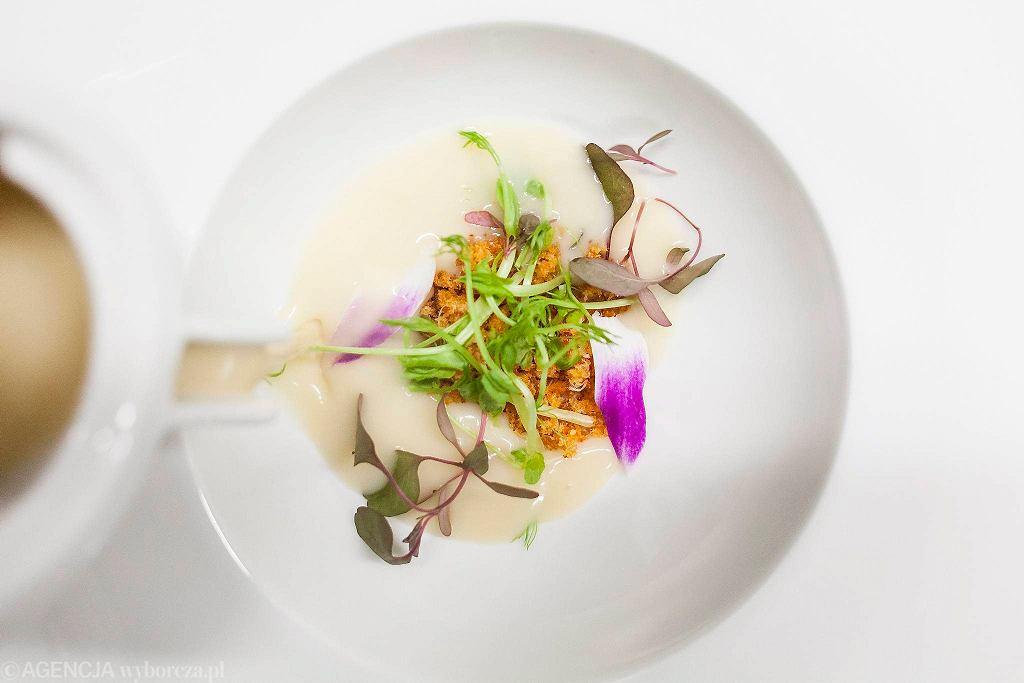 Zupa cytrynowa z pudrem z raków z restauracji Zmiana Klimatu przy ul. Kruczej 16 / DAWID ZUCHOWICZ