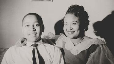 Emmett Till z matką, ok. 1950 r. Mamie Till-Mobley sprowadziła ciało syna do Chicago i wystawiła w domu pogrzebowym w otwartej trumnie. Głowa Tilla była całkowicie zmasakrowana