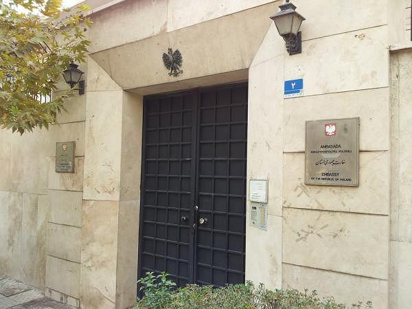 Wejście do budynku polskiej ambasady w Teheranie