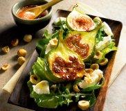 Sa�atka z karmelizowanymi figami i kozim serem