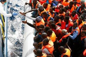 Na pomoc imigrantom. Reporter obserwował włoskich ratowników przy pracy [ZDJĘCIA]
